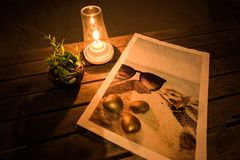 Завод свечи, Дэйв, золотая раковина и изображение моря на таблице на романтичной ноче стоковые изображения rf