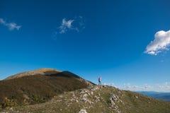Завоевание женщины пик горы стоковая фотография rf