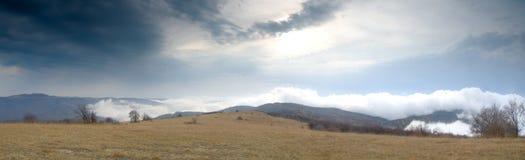 заволакивает взгляд саммита шторма горы Стоковые Фото