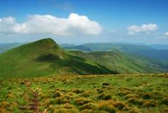 заволакивает гора ландшафта зеленых холмов стоковое фото