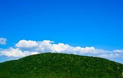 заволакивает гора над небом Стоковое фото RF
