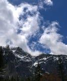 заволакивает гора снежная Стоковое Изображение RF