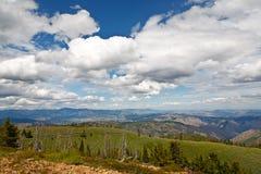 заволакивает горные виды Стоковое Фото