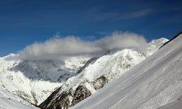 заволакивает горы сверх стоковое изображение