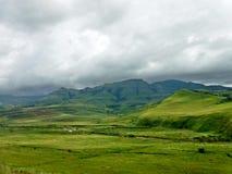 заволакивает горы сверх стоковые фотографии rf