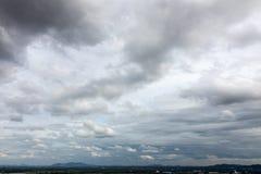 заволакивает горы сверх стоковое изображение rf