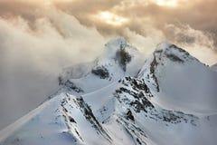 заволакивает горы Стоковое Фото