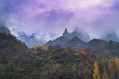 заволакивает горы Стоковое Изображение RF