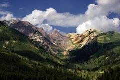 заволакивает горы Стоковые Изображения