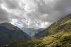 заволакивает драматическая гора сверх Стоковая Фотография