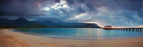 заволакивает драматический гаваиский заход солнца пристани Стоковая Фотография RF