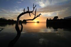 заволакивает драматический заход солнца Стоковые Фото