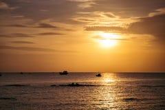 заволакивает драматический заход солнца стоковое фото