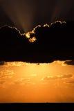 заволакивает драматический заход солнца Стоковое Изображение RF