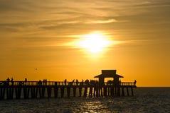 заволакивает драматический заход солнца florida naples стоковое изображение