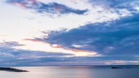 заволакивает драматический излишек проходя заход солнца sunbeams моря сток-видео