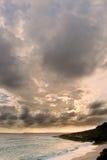 заволакивает драматический океан над заходом солнца неба стоковые фото