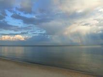заволакивает естественная радуга Стоковое Изображение RF