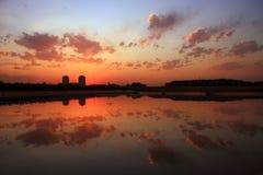 заволакивает заход солнца озера Стоковые Фото