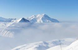 заволакивает зима снежка гор Стоковое Фото