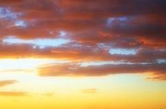 заволакивает золотистое небо Стоковые Изображения