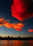 заволакивает красный заход солнца Стоковые Фотографии RF