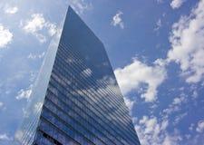 заволакивает небоскреб Стоковая Фотография RF