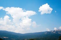заволакивает небо гор Стоковые Изображения RF