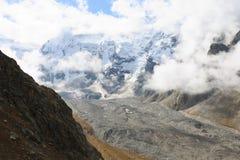 заволакивает огромная гора Стоковая Фотография
