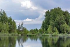 заволакивает озеро сверх Стоковое Изображение RF