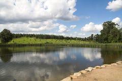 заволакивает озеро сверх Стоковые Изображения RF