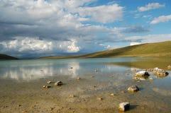 заволакивает озеро Стоковые Изображения RF