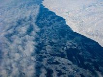 заволакивает океан Гренландии береговой линии Стоковое Изображение RF