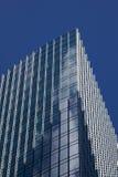 заволакивает отражая окна небоскреба Стоковое фото RF
