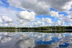 Заволакивает отражение на воде Стоковая Фотография RF