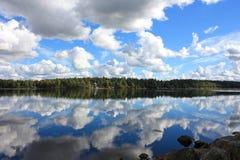 Заволакивает отражение на воде Стоковое фото RF