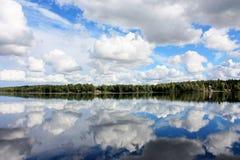 Заволакивает отражение на воде Стоковая Фотография