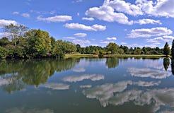 заволакивает парк озера Стоковое фото RF