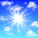 заволакивает солнечное Голубое небо с белым туманом луча облака и солнца пушистым заволакивая изолированное реалистическое знамя  иллюстрация штока