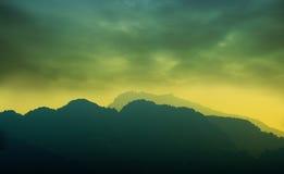 заволакивает темная гора вниз Стоковое Изображение RF