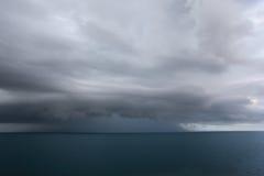 заволакивает темнота над морем стоковое изображение rf