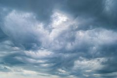 заволакивает темный драматический шторм стоковая фотография