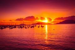 заволакивает темный заход солнца неба seascape Стоковые Фото