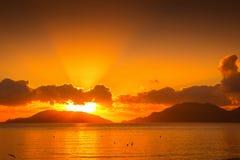 заволакивает темный заход солнца неба seascape Стоковые Фотографии RF