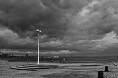 заволакивает темный kobe над портом Стоковые Изображения