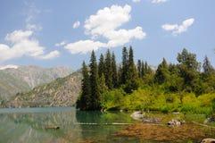заволакивает цветастое небо гор озера Стоковые Изображения