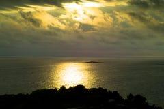 заволакивает шторм моря острова малый стоковое фото rf