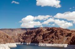 заволакивает mead озера стоковое изображение