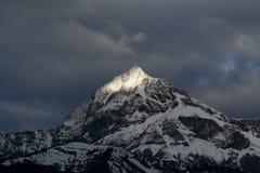 заволакивает sunbeam пика горы Стоковое Фото