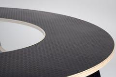 Заволакивание выбитое чернотой резиновое дизайнерского деревянного круглого стола к стоковые фотографии rf